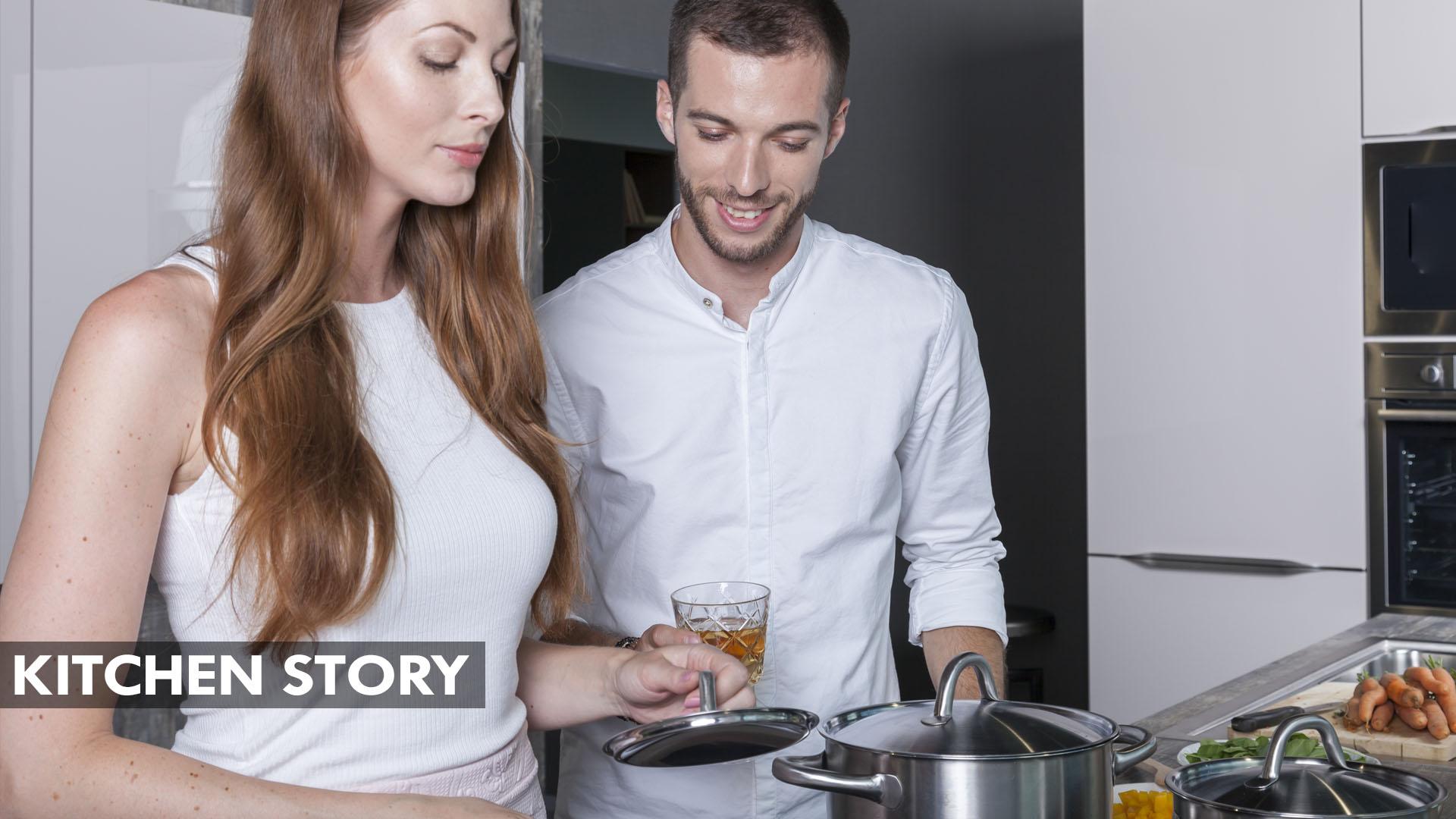 Mladý manželský pár vaří společně v nové designové kuchyni. Během casting brno se seznámili.