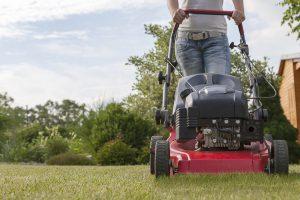 Zahradkářka seká trávu