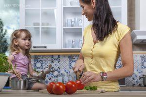 Matka a dcera v moderní kuchyni spolu vaří