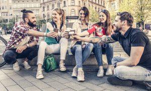 Studenti si po náročné přednášce daji kafičko